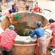 Codzienne zmagania z zaopatrzeniem. Kobiety nabierają wodę z miejskiej studni