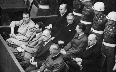 Rudolf Hess, drugi z lewej w pierwszym rzędzie. Zdjęcie: National Archives and Records Administratio