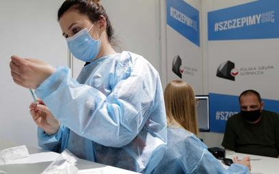 Koronawirus. Sondaż: Czy w Polsce należy wprowadzić obowiązek szczepień na COVID-19?