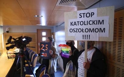 Uczestnicy protestu podczas nadzwyczajnej sesji Sejmiku Województwa Małopolskiego
