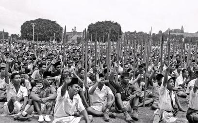 Tysiące młodych Indonezyjczyków na wiecu poparcia dla Sukarno. Dżakarta, 10 listopada 1945 r.