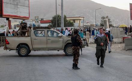 Patrol talibów w pobliżu miejsca eksplozji w Kabulu