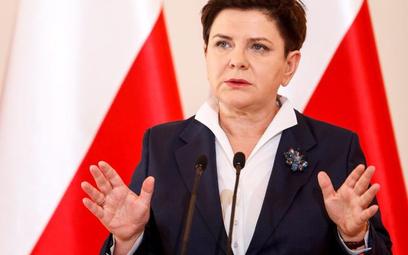 """Rok pod znakiem """"dobrej zmiany"""". Premier Beata Szydło mówi o niej z pełną powagą. Dla innych to iron"""