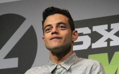 """Rami Malek w """"Nie czas umierać"""" gra Lucyfera Safina. Znak rozpoznawczy – twarz oszpecona przez blizn"""
