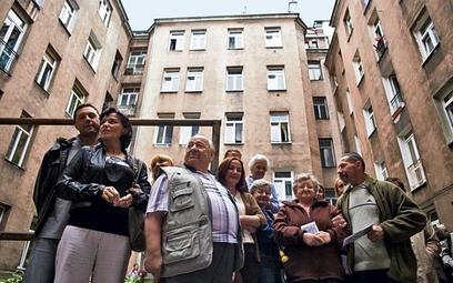 Mieszkańcy z Ciepłej 3 zapowiadają walkę o pozostanie w swojej kamienicy