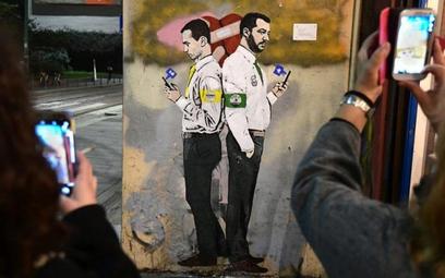 Wicepremierzy Matteo Salvini (z prawej) i Luigi Di Maio na muralu w Mediolanie, autor TvBoy