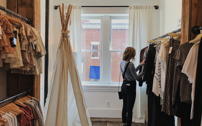 Wypożyczanie ubrań mało ekologiczne. Zaskakujący raport