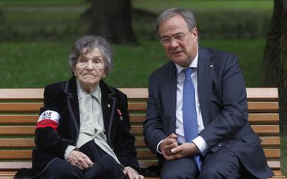 Armin Laschet z 94-letnią Wandą Traczyk-Stawską, uczestniczką Powstania Warszawskiego, 1 sierpnia na