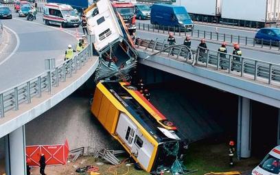 Badania wykazały, że kierowca autobusu, który spadł na Wisłostradę, był pod wpływem narkotyków