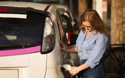 Programy dopłat do e-aut trzeba szybko poprawić