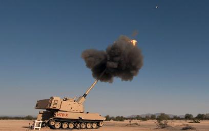 Prototyp 155 mm armatohaubicy samobieżnej XM1299 podczas testów na poligonie Yuma Proving Ground w A