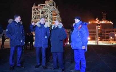 Władimir Putin (2-R), obok Alexandera Novaka (L) i Leonida Michelsona (2-L), podczas uroczystego zał