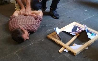 Włochy: Artysta namalował portret performerki po czym uderzył ją nim w głowę