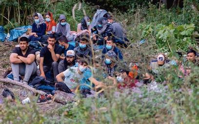 Koczującym na granicy należy udzielić pomocy humanitarnej – uważa 46 proc. ankietowanych