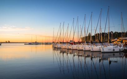 Jachty w marinie w Wilkasach nad jeziorem Niegocin