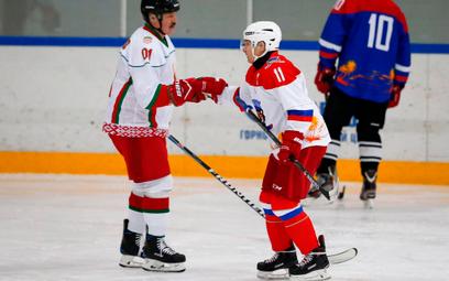 Aleksander Łukaszenko (z lewej) z Władimirem Putinem (z prawej) od dłuższego czasu prowadzą ze sobą