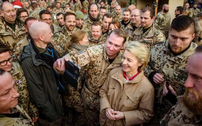Minister obrony Ursula von der Leyen wśród niemieckich żołnierzy w Afganistanie, grudzień 2016 r.