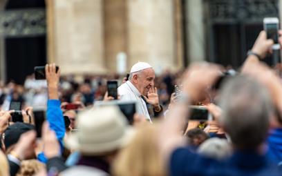 Pielgrzymi fotografują smartfonami papieża Franciszka na placu św Piotra. Teraz będą mogli również k