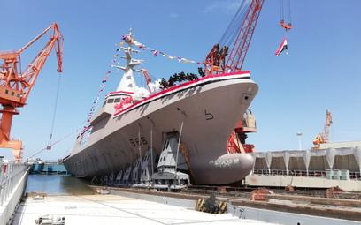 Korweta Luxor typu Gowind 2500 schodzi z pochylni podczas ceremonii wodowania. Fot./Naval Group.