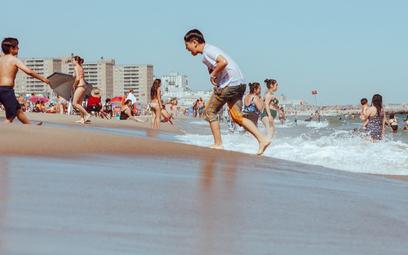 Plaże na całym świecie znikają. Pompujemy w nie nowy piasek