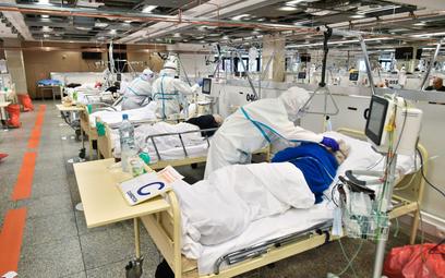 Personel medyczny i chorzy na oddziale szpitala tymczasowego na Stadionie Narodowym w Warszawie