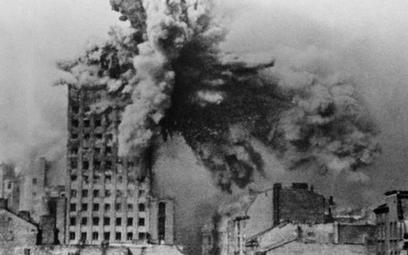 Gmach Prudentialu trafiony pociskiem ciężkiego moździerza 28 sierpnia 1944