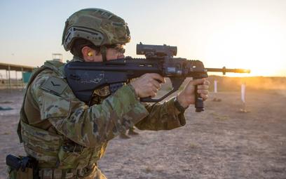 Australian Army otrzyma dodatkowe 8500 5,56 mm karabinków EF88 w układzie bullpup. Na zdjęciu austra