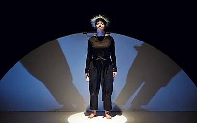 Dorota Abbe swobodnie wciela się w kolejne postaci związane z bohaterką spektaklu