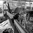 Eksplozja wydmuchała szyby i zdemolowała wnętrze. Płyty obu kondygnacji uniesione zostały ku górze i
