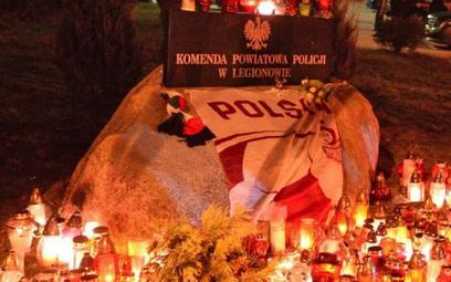 Po śmierci 19-letniego Rafała K. przed komendą policji w Legionowie mieszkańcy miasta zapalają znicz