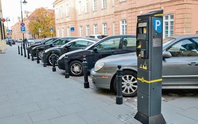 Część miast rezygnuje z poboru opłat za parkowanie, by zachęcić mieszkańców do przemieszczania się a