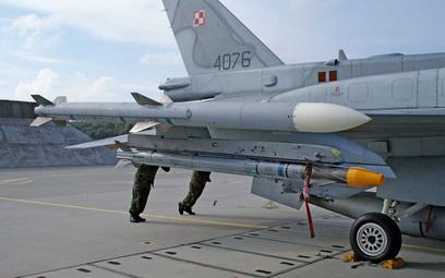 Kierowane pociski rakietowe powietrze-powietrze AIM-120C5 AMRAAM i AIM-9X Block I Sidewinder stanowi