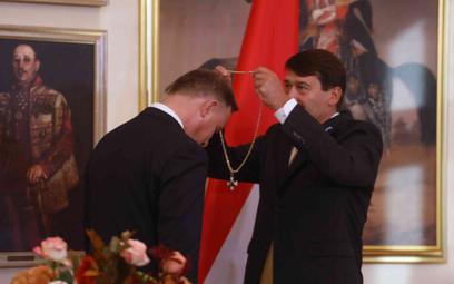 Prezydent Węgier, Janusz Ader, wręcza odznaczenie państwowe Andrzejowi Dudzie