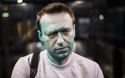 Aleksiej Nawalnyj po zaatakowaniu przed wejściem do swego biura w Moskwie.