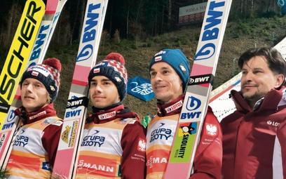 Dekoracja po drużynowym konkursie skoków w Wiśle. Od lewej: Dawid Kubacki, Jakub Wolny, Piotr Żyła i