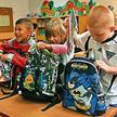 Dzieci pakują do tornistrów masę zbędnych rzeczy – od maskotek po niewymagany przez nauczyciela podr