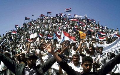 Demonstranci z flagami dawnej Ludowo-Demokratycznej Republiki Jemenu podczas wiecu w Habilin na połu