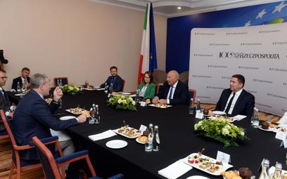 Bogusław Chrabota (z lewej) pytał ministra finansów Tadeusza Kościńskiego m.in. o drugi podatek dla