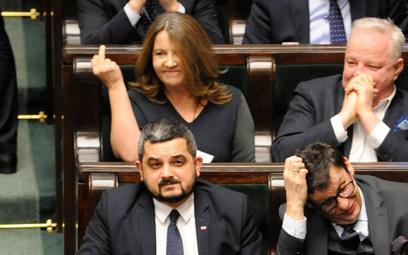 Sejm zatwierdził miliardy dla TVP. Wulgarny gest Lichockiej