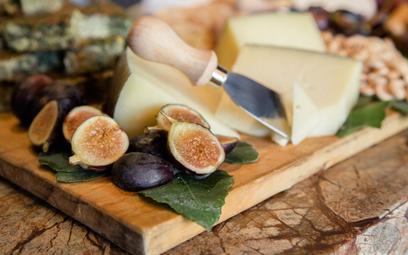 Wino i sery: jak je dobrać latem? Oto najważniejsze zasady