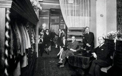 Dom Mody Herse oraz jego pracownicy