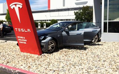 Uwaga na kierowców mocnych aut elektrycznych. Powodują więcej wypadków