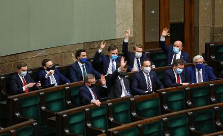 Minister sprawiedliwości Zbigniew Ziobro i politycy Solidarnej Polski podczas głosowania