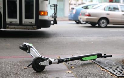 Największym problemem są hulajnogi pozostawiane przy przejściach dla pieszych, czy na środku chodnik