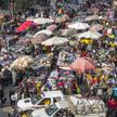 Handel przy ulicznych straganach w centrum Kairu