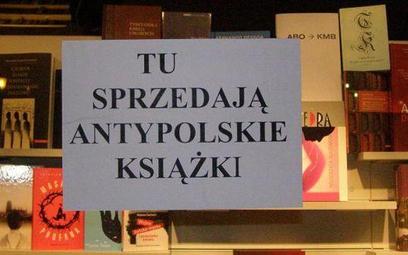 Na szybach księgarni w Gdańsku protestujący przeciw sprzedaży książki Jana T. Grossa nalepiali plaka