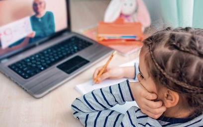 Zdalna nauka sprawiła, że znacząco wydłużył się czas spędzany przed komputerem zarówno przez nauczyc