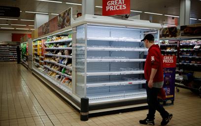 Puste półki w supermarkecie w Londynie