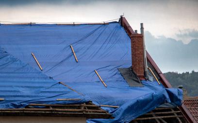 Dom zniszczony, odszkodowanie starczy na drzwi. Co robić?