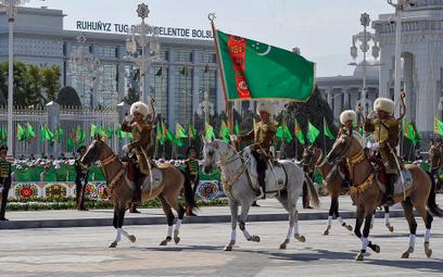 Turkmenistan: Dyktatura zaciska pasa